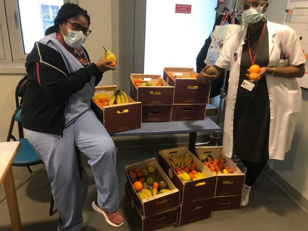 Infirmiere avec des fruits