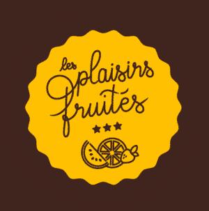 Logo des Plaisirs Fruités, illustrant la marque avec une typographie manuscrite, des dessins de fruits et étoiles pour le coté premium, le tout dans représenté dans une forme macaron